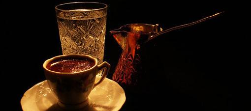 Kahvenin yanında su içmek şart mı?