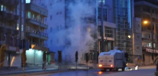 Hakkari'de göstericiler ortalığı yakıp yıktı!