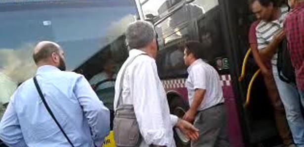 Öfkeli otobüs şoförünü yolcular zor ikna etti